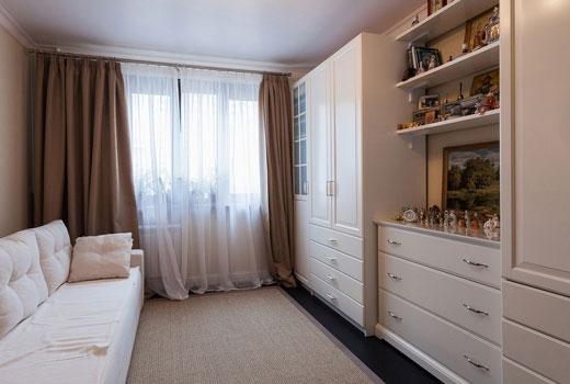 светлая мебель в маленькой гостиной