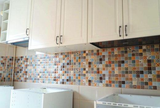 мозаика над рабочей зоной кухни