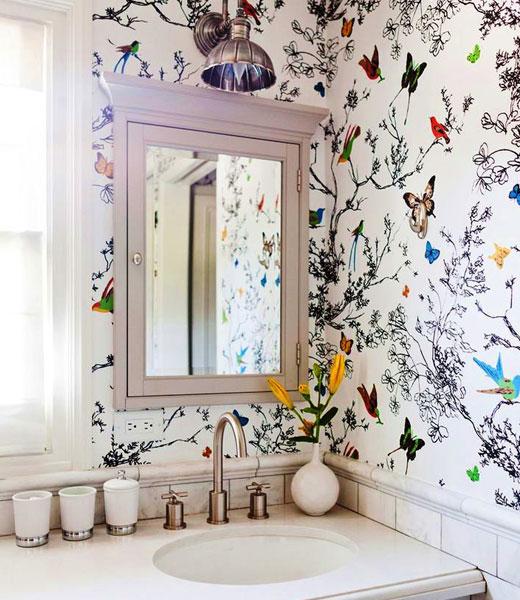 обои птички в ванной