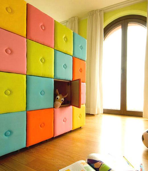 полукруглое окно в детской комнате