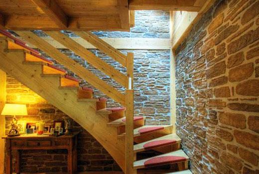 лестница отделка стены камнем