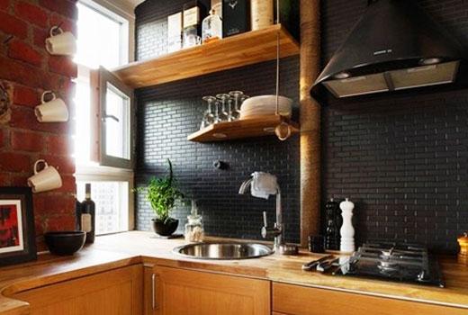 отделка стены кухни черной мозаикой