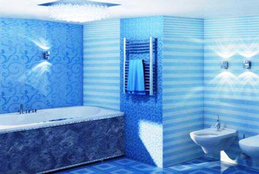 синие панели в ванной