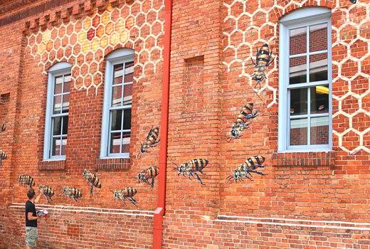 рисунок на стене пчелы