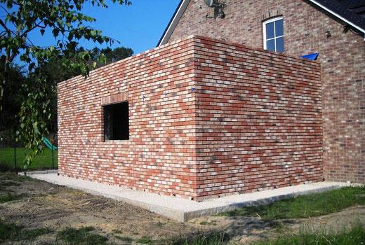 кирпичная постройка к дому