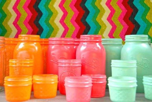 разноцветные вазочки из банок