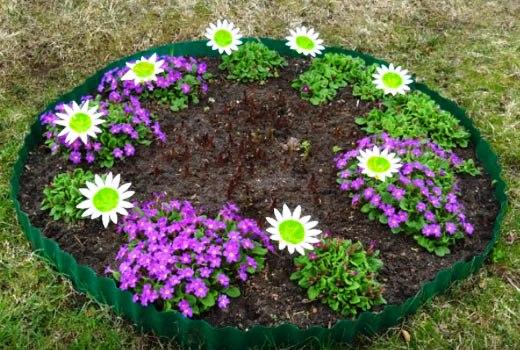 клумба с пластиковыми цветами
