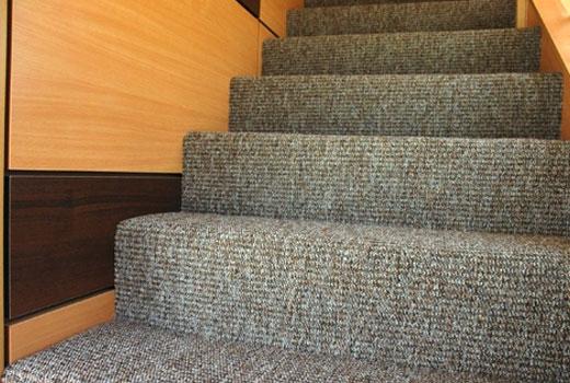 отделка ковролином лестницы