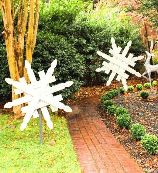 Деревянные снежинки в саду