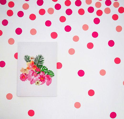 декор розовый на стене комнаты девочки