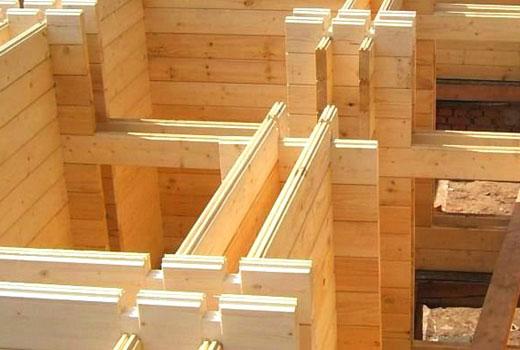 Строит дом из двойного бруса