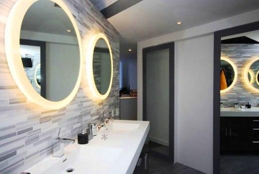 лампы за зеркалом в ванной