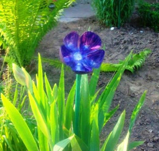 цветок пластиковый в кусте ириса