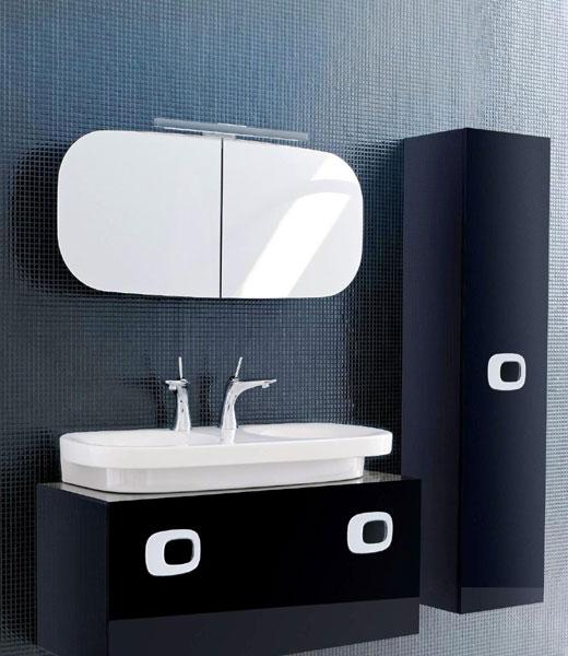 зеркало в черной ванной