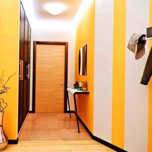 желтые полосы в коридоре