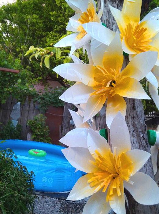 Цветы магнолии из пластиковых бутылок